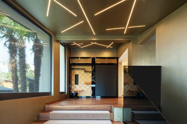 iluminación de diseño para la entrada de una casa