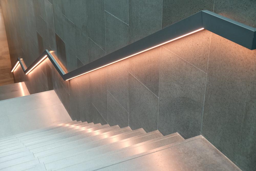 Perfil tira LED resistente para escaleras