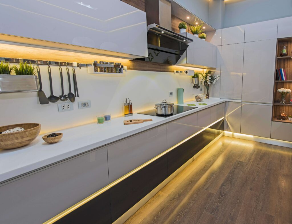 cocinas de lujo con tira led amarilla